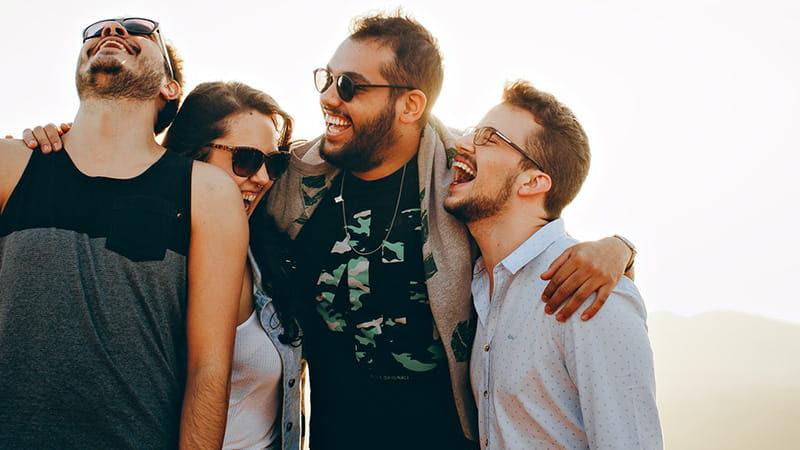 En vennskap gruppe ler sammen